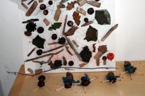 Basteln mit Naturmaterialien, Herbstlaub, Kastanien, Äste, Lampionblume, Kastanienmännchen